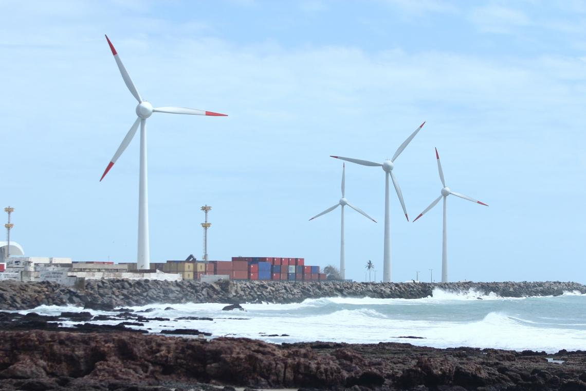 Torres com aerogeradores para produção de energia eólica no Ceará(Foto: Camila de Almeida/O POVO)