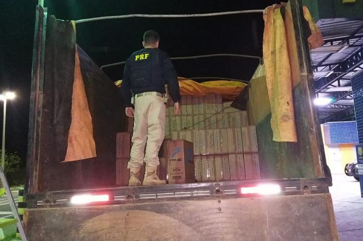"""20.000 pacotes de cigarro da marca """"Pine Blue"""" foram apreendidos na madrugada deste sábado, 31"""