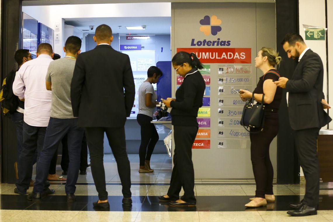Apostadores fazem fila em casa lotérica. A Caixa Econômica Federal sorteia hoje, sábado, 31 de agosto (31/08), as seis dezenas do concurso 2184 da Mega-Sena acumulada, que deve pagar um prêmio de R$ 47 milhões