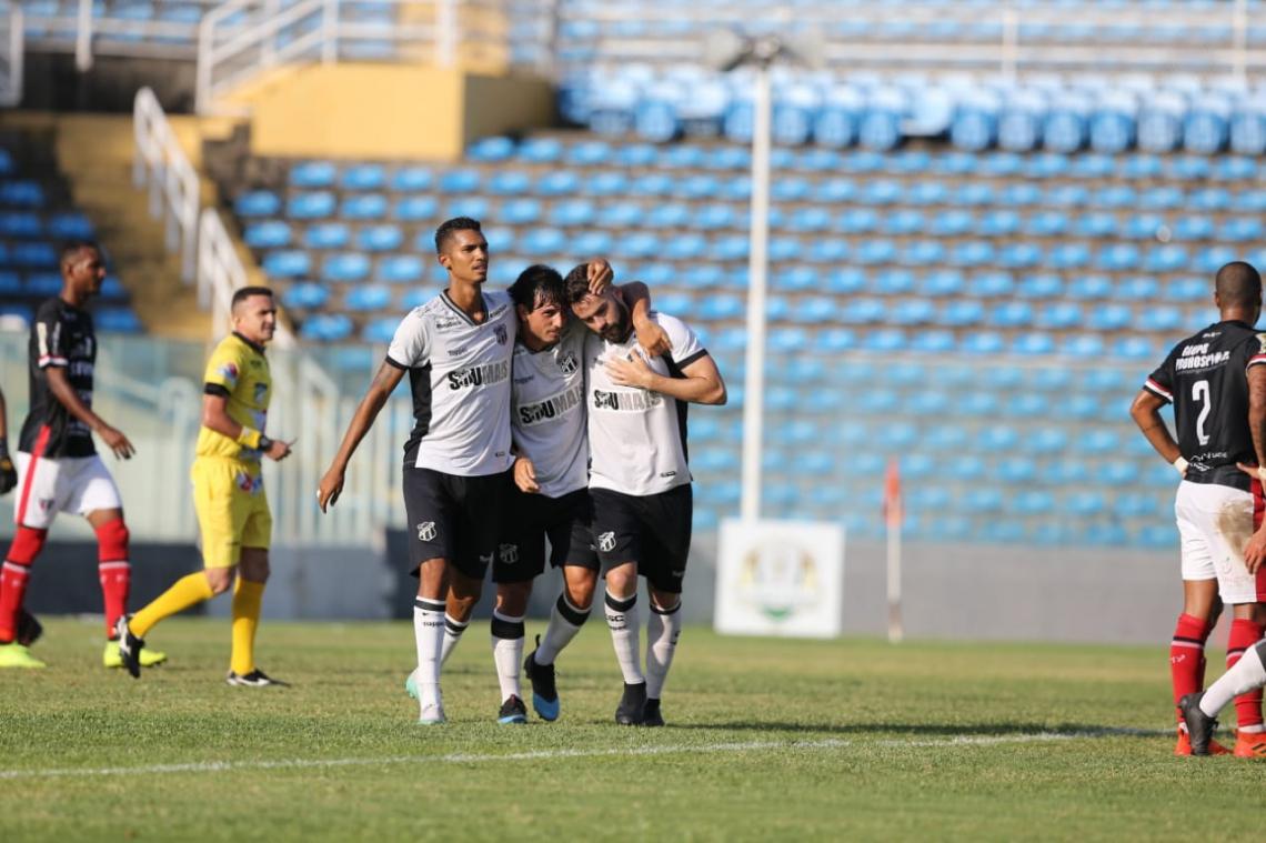 Jogadores do time alternativo do Ceará comemoram gol sobre o Ferroviário