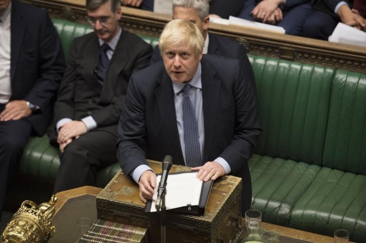 "O slogan da campanha dos conservadores, liderados pelo premiê Boris Johnson, é ""Faça o Brexit Acontecer""."