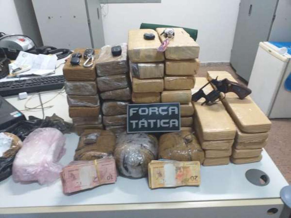 Balanças de precisão, dinheiro e 40 quilos de drogas foram apreendidos em Massapê nessa terça-feira, 3.