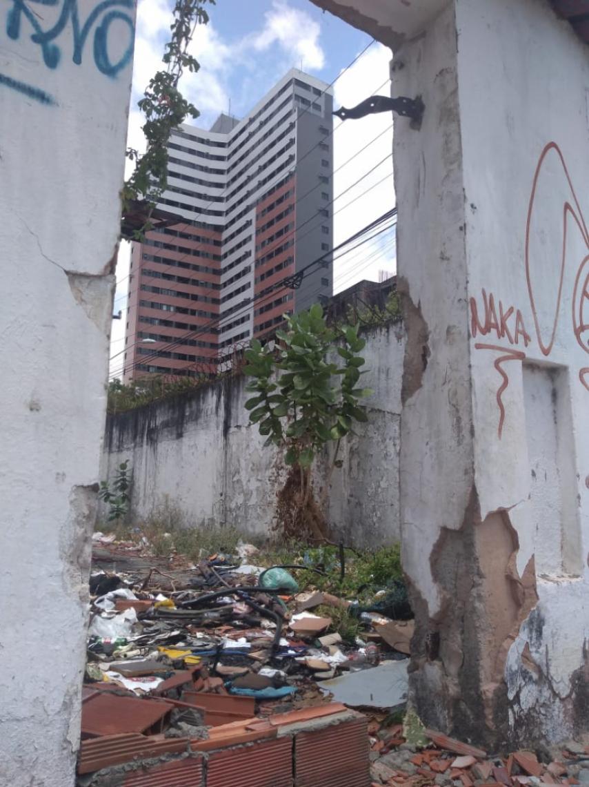 Situação de abandono na Vila Militar no bairro Praia de Iracema