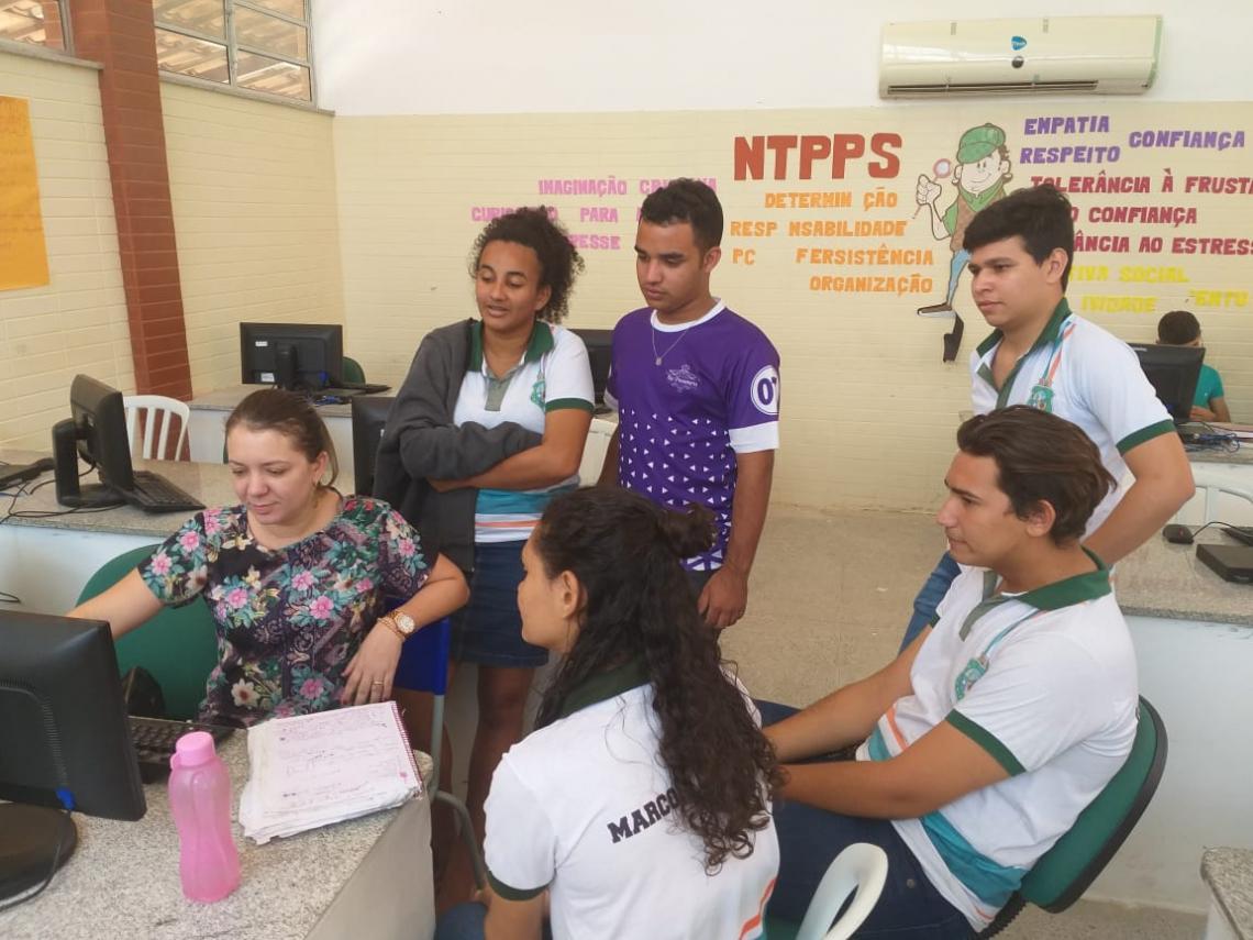 A professora (sentada, à esquerda) e a equipe-base do projeto