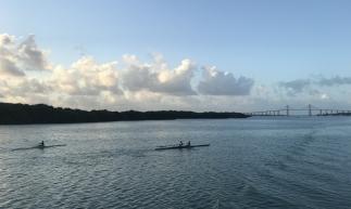 Passeio de barco pelo Rio Potengi é opção para quem quer ver o pôr do sol e ter uma experiência diferente