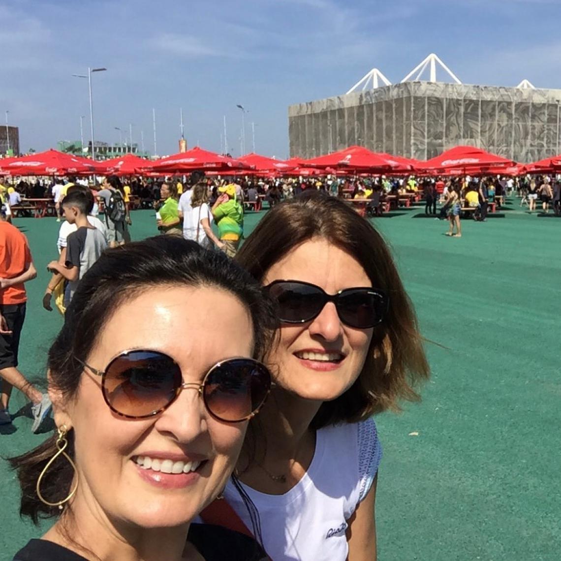 Fátima Bernardes publica foto com irmã e surpreende por semelhança.