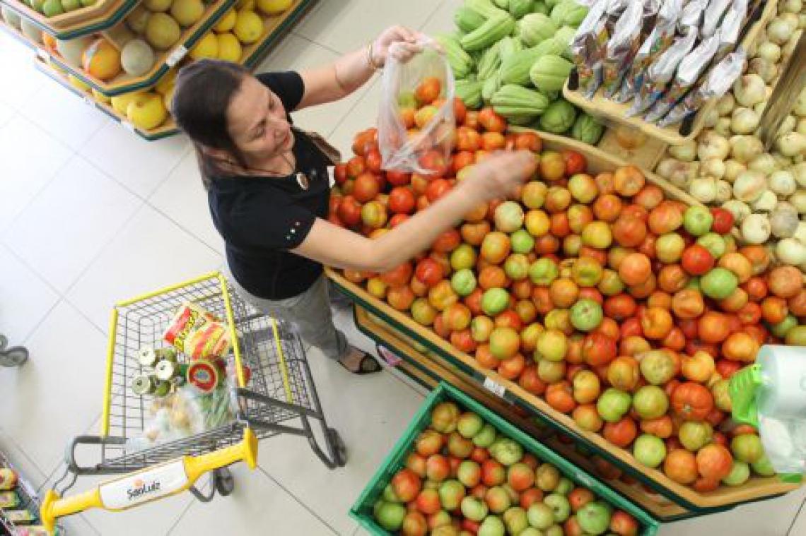 O preço do tomate, por exemplo, foi encontrado de R$ 1,45 a R$ 5,99, segundo o Procon