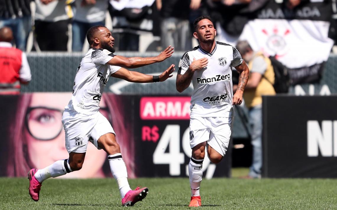 Leandro Carvalho comemora seu gol olimpico, contra o Corinthians