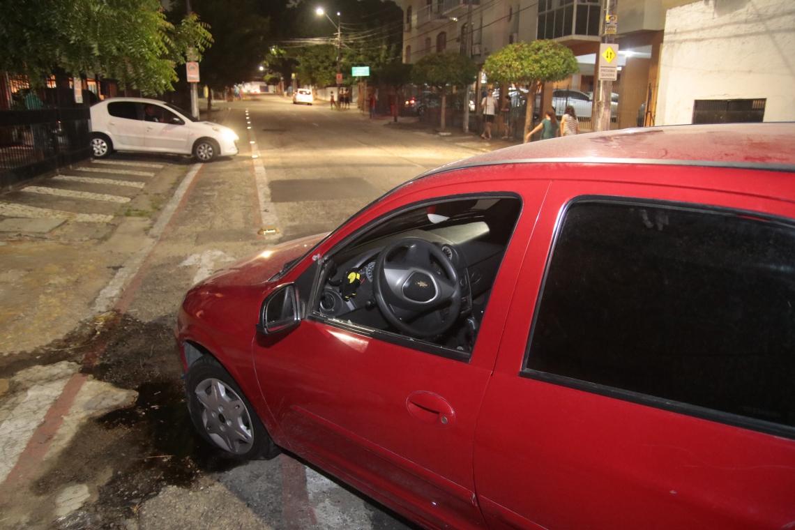 Carro de assaltantes foi atingido por balas e acabou sendo capturado na Rua Matos Serra, esquina com avenida Aguanambi.