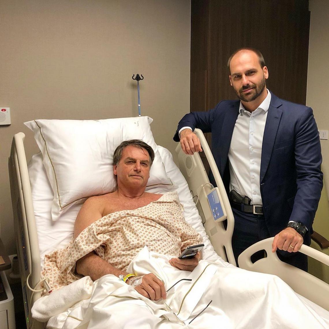 Eduardo Bolsonaro posta foto ao lado do pai em hospital