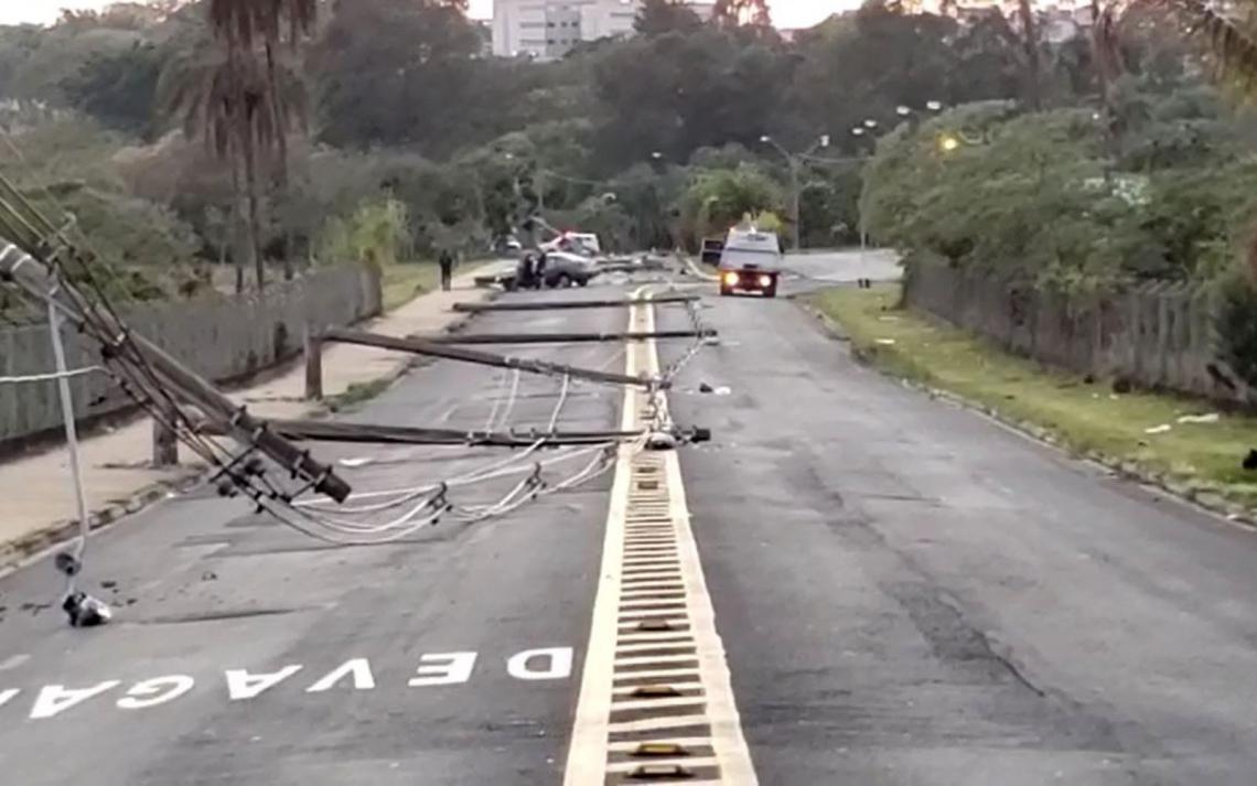 O motorista não se feriu no acidente que provocou a queda de 11 postes