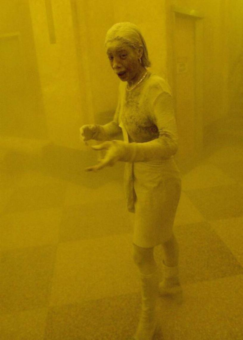 Uma sobrevivente do 11-S foge coberta de pó depois do primeiro ataque às Torres Gêmeas. Sua imagem deu a volta ao mundo. A mulher foi identificada como Marcy Borders. Faleceu no dia 24 de agosto de 2015, aos 42 anos, vítima de um câncer de estômago. Borders estava convencida de que a causa de sua doença foram precisamente os agentes químicos do pó que engoliu naquele dia