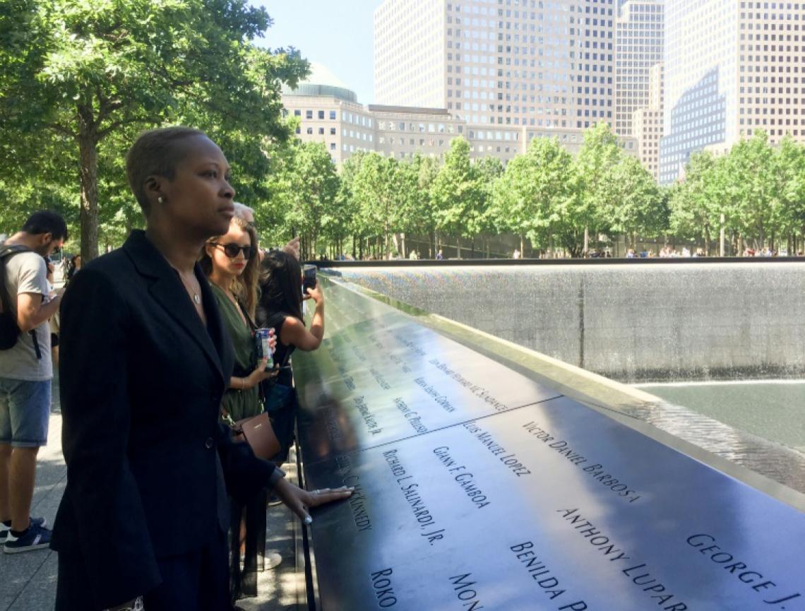 Jaquelin Febrillet, de 44 anos, em frente ao Memorial às Vítimas do 11 de setembro. Ela trabalhava perto das Torres Gêmeas e foi diagnosticada com câncer vinculado à nuvem de fumaça, 15 anos após os atentados