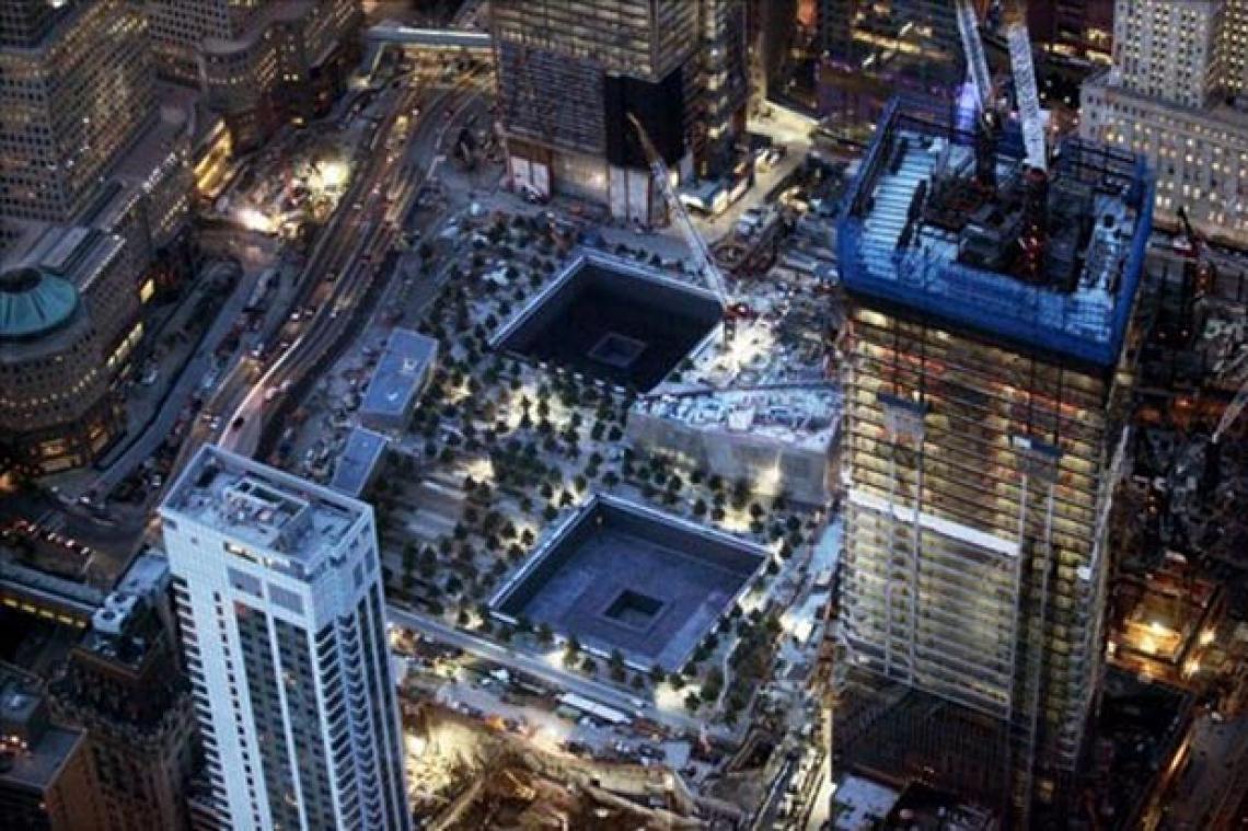 Terreno do WTC atualmente. À direita, o One World Trade Center ou Freedom Tower, inaugurado em 2014