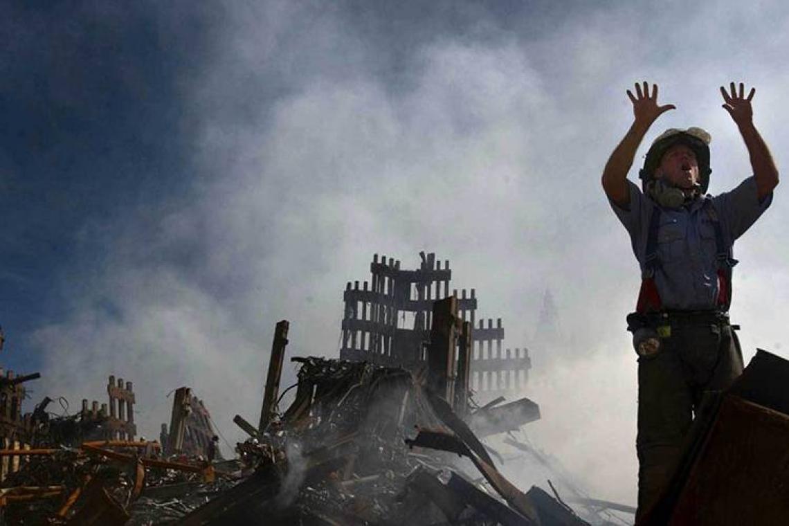 Bombeiro solicita mais equipes de resgate durante o trabalho de busca por sobreviventes dos ataques ao World Trade Center