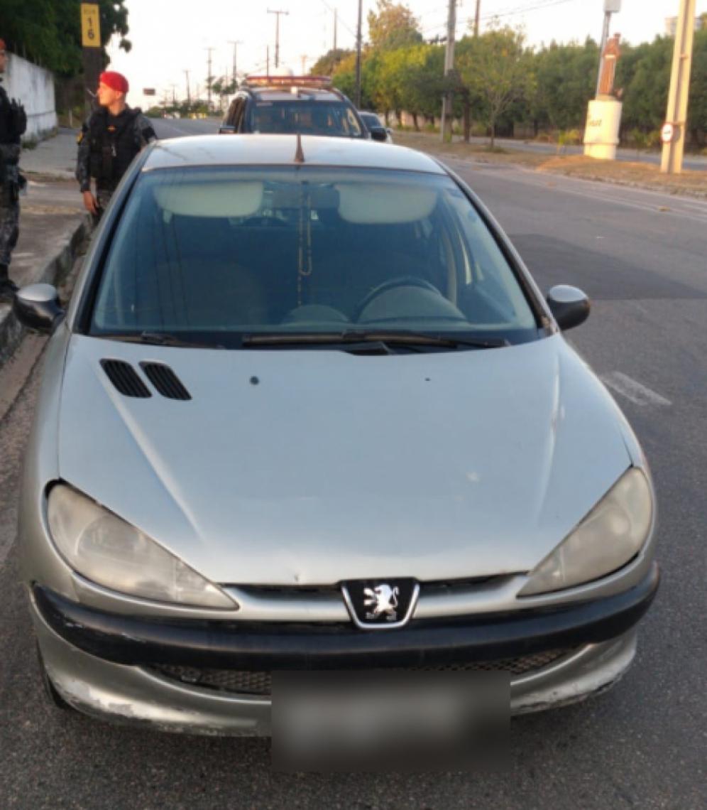 O carro Peugeot 206 foi identificado pelo sistema de videomonitoramento por apresentar placas que correspondiam a um veículo Renault Classic.