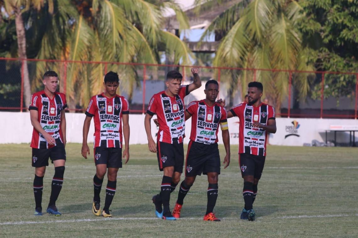 Jogadores celebram o gol da vitória diante do Pacajus