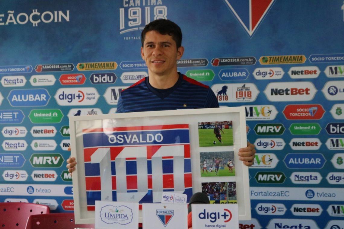 O atacante completou 100 jogos com a camisa do Fortaleza foi homenageado.