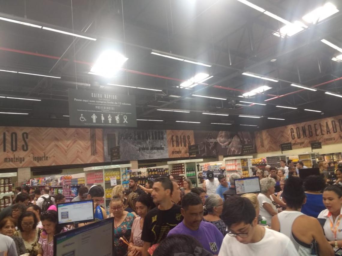 Inauguração contou supermercado cheio e longas filas para os consumidores.