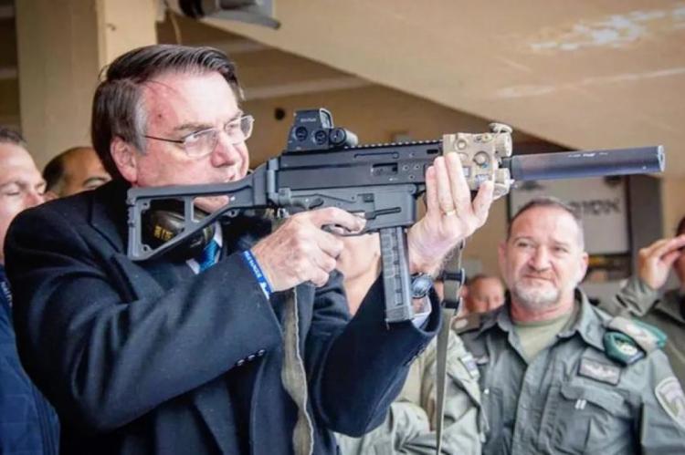 Com a assinatura, presidente libera o uso de arma de fogo em toda a extensão de propriedade rural