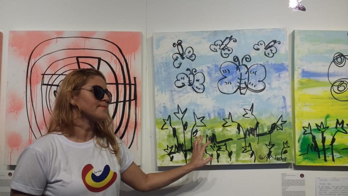 Souza Ana expondo um de seus quadros. A inauguração aconteceu na manhã desta terça-feira, 17, no Instituto Hélio Góes.