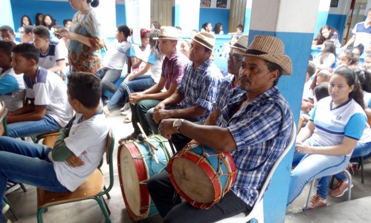 Palestra sobre o Pau da Bandeira leva memória da festa para 16 escolas de Barbalha. Na foto, Banda Cabaçal na Escola Municipal Senador Martiniano de Alencar