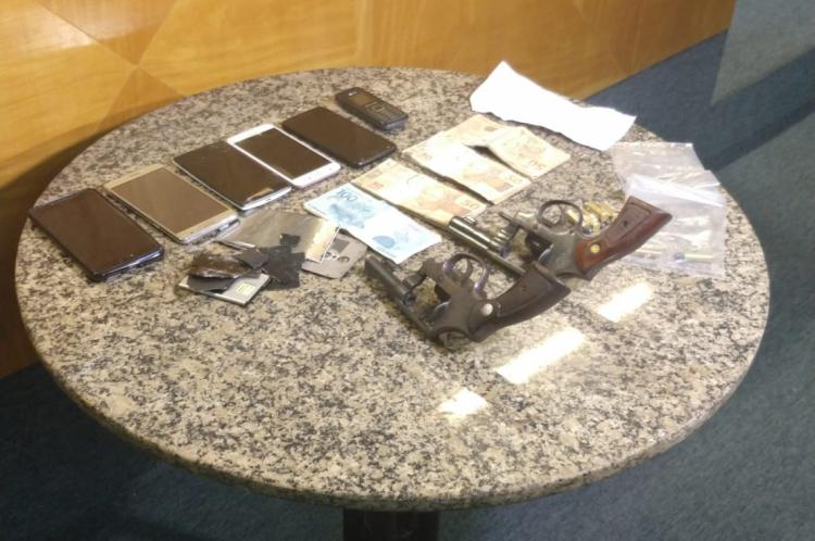 Além das prisões e da apreensão do adolescente, também foram apreendidos dois revólveres, aparelhos celulares e a quantia de R$ 3,6 mil.