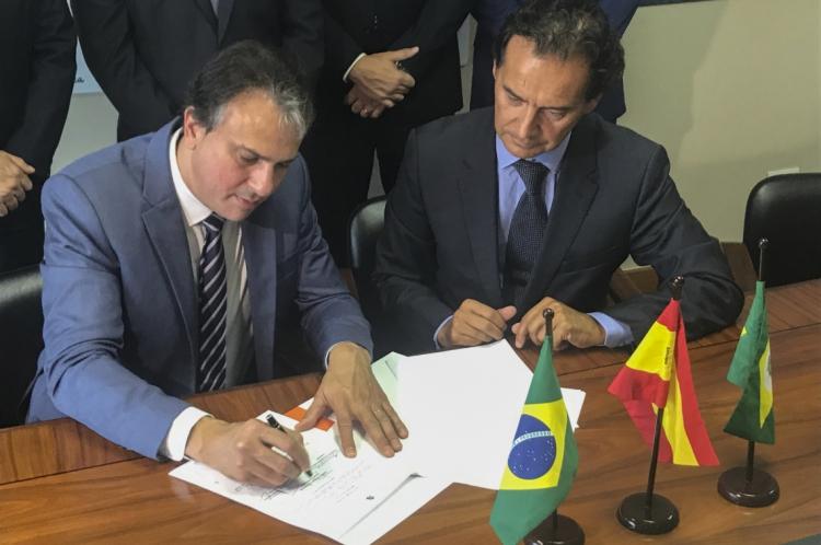 O governador Camilo Santana fechou acordo para a construção de mais duas fábricas no estado.
