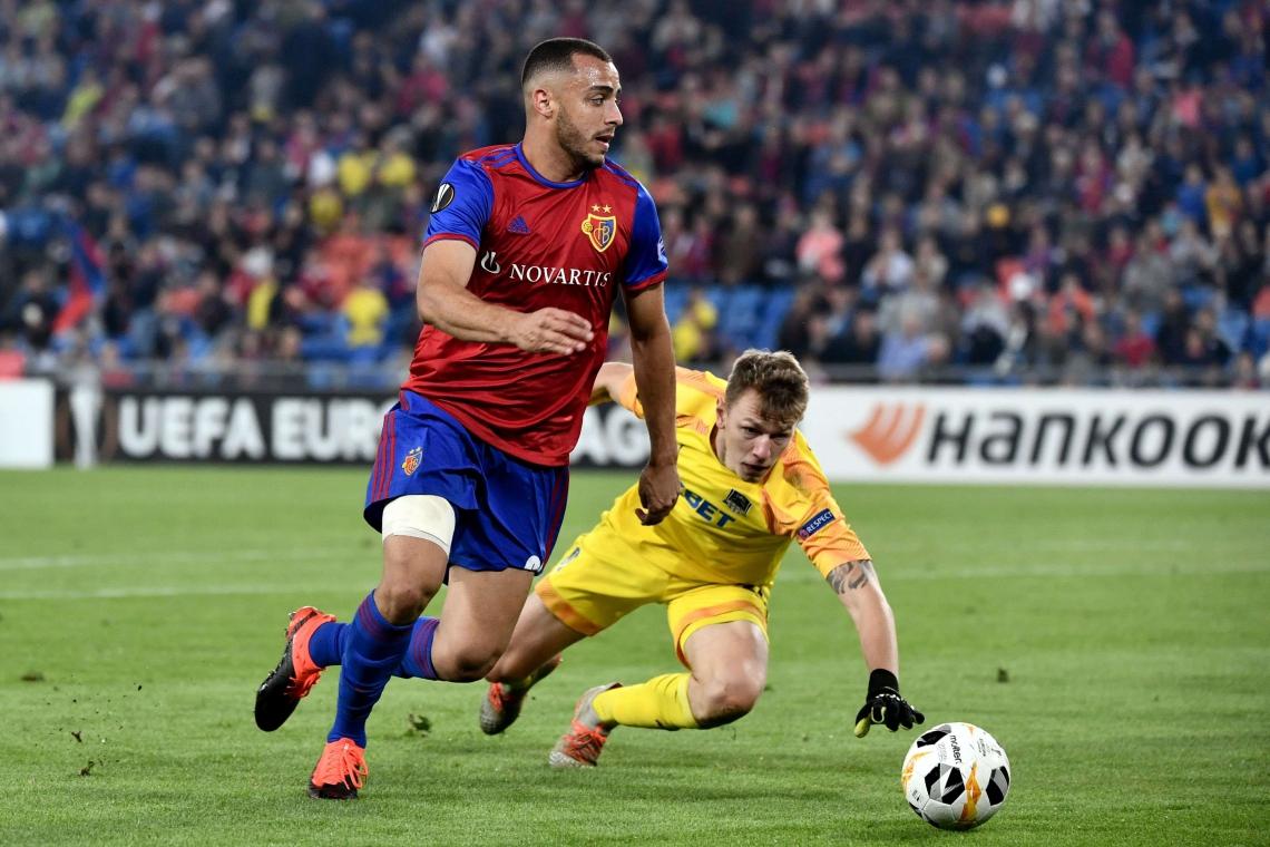 Arthur Cabral dribla o goleiro do Krasnodar e cruza para o meio da área adversária.