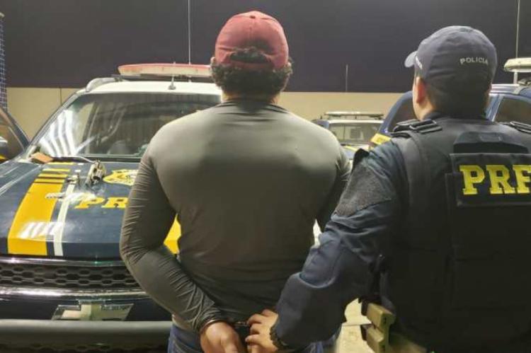 PRF detém dois homens com arma e anfetaminas no Ceará.