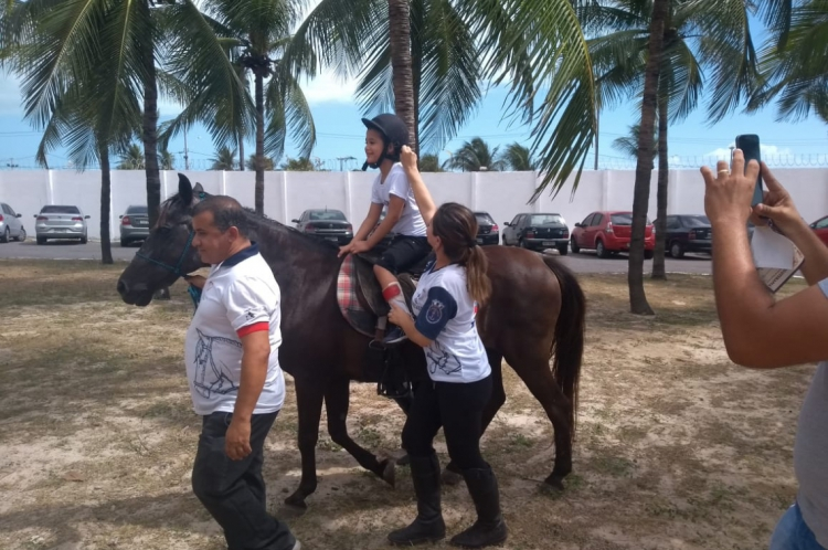 Caio foi uma das crianças que andou a cavalo na oficina de equoterapia