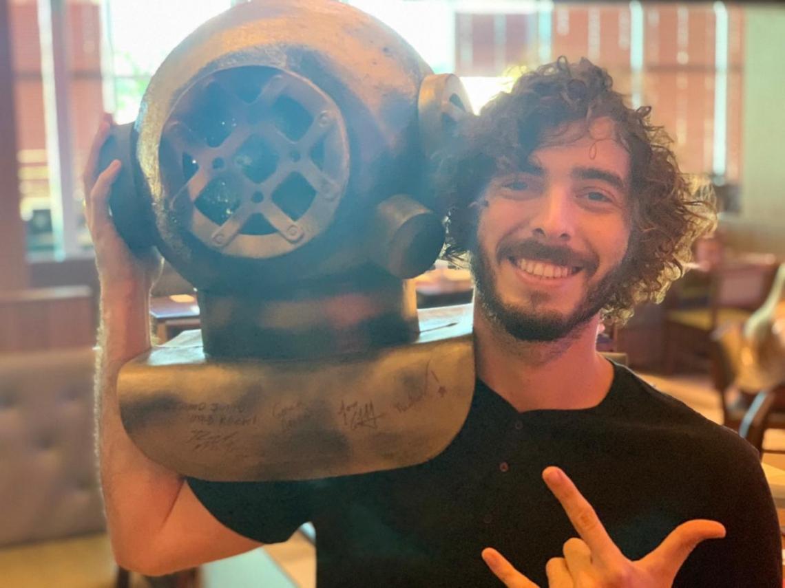 O escafandro surgiu, originalmente, para a gravação do primeiro clipe dos músicos. Na foto, Rafael Martins