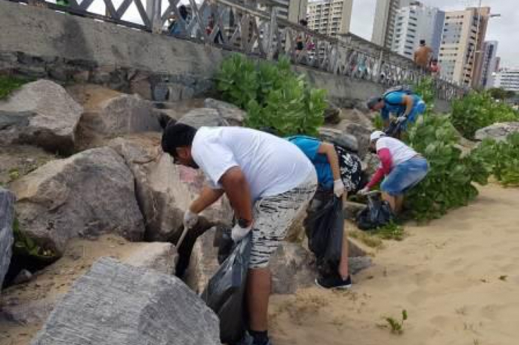 Voluntários realizaram limpeza da orla na Praia de Iracema, em Fortaleza