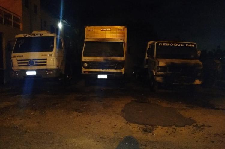 Três caminhões foram queimados na BR-116