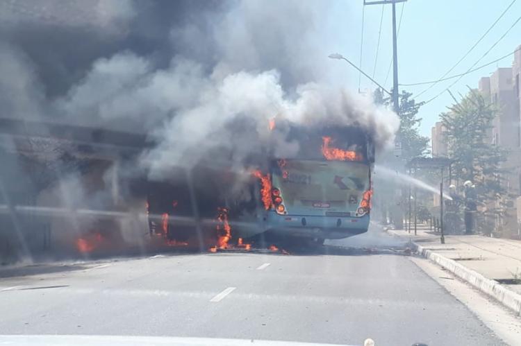Caso aconteceu no início da tarde desta segunda-feira, 23. Cinco homens armados teriam invadido o veículo com colhões e gasolina