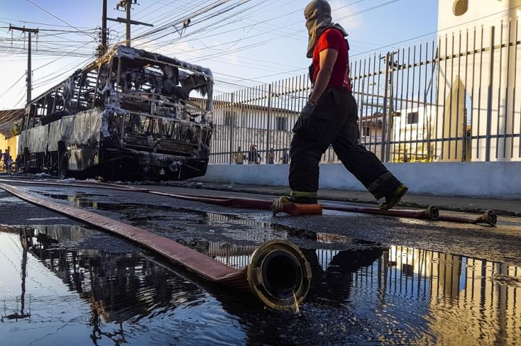 FORTALEZA, CE, BR, 14.08.19 Onda de ataques incendiários volta a aterrorizar a população de Fortaleza. No Foto: ônibus incendiado no Bairro Canindezinho    (Foto: Fco Fontenele/O Povo)