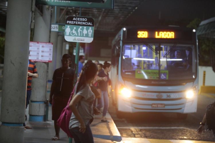Desde o início da noite dessa segunda-feira, 23, que a frota de ônibus da Capital foi reduzida para 70%  (Foto: O POVO )