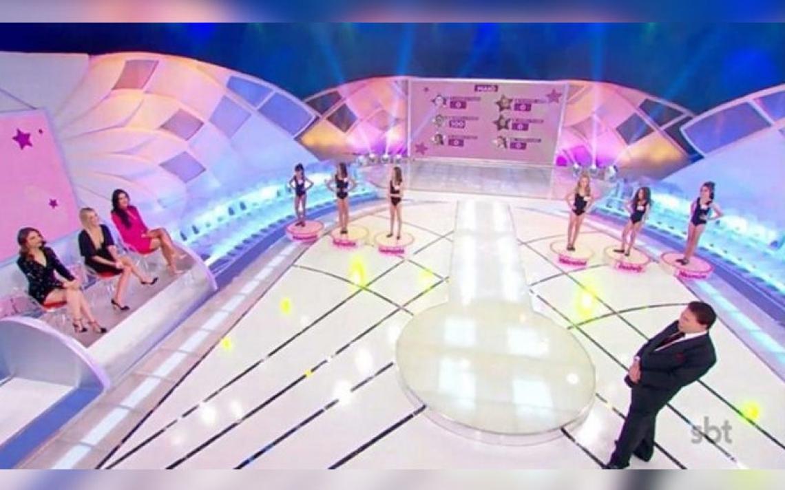 Silvio Santos é criticado por colocar crianças para desfilar de maiô em seu programa.