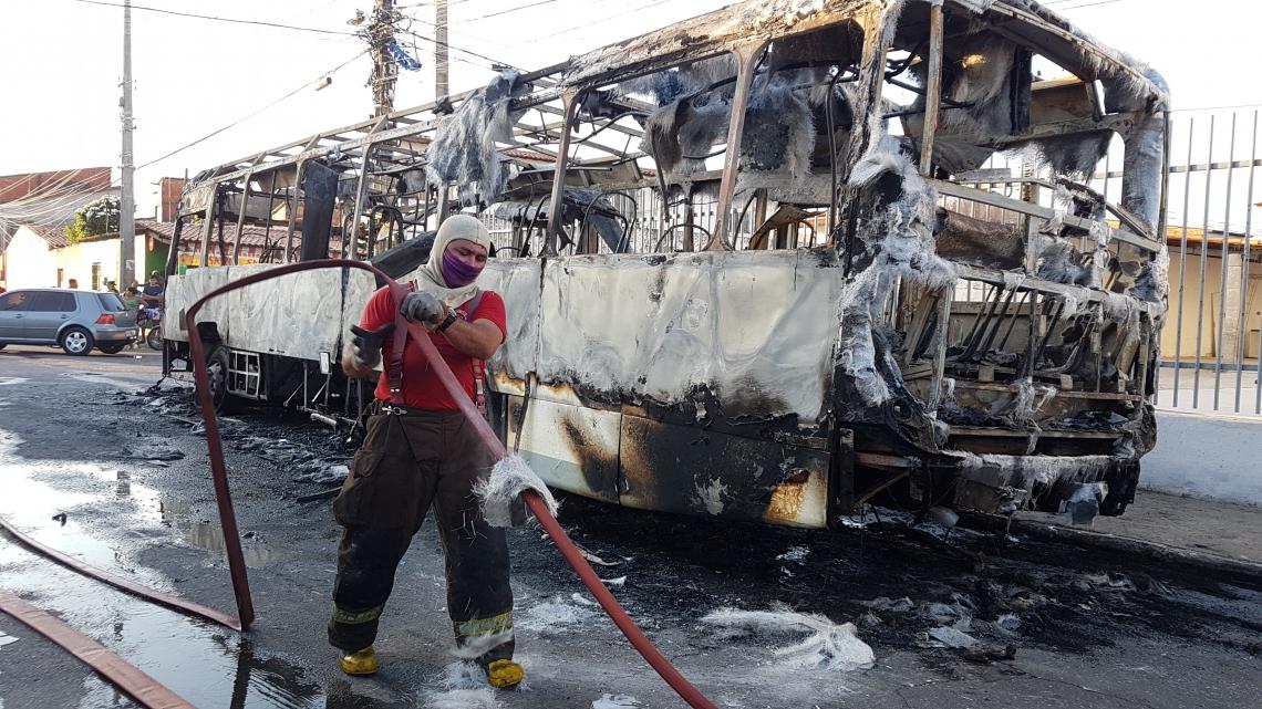 ÔNIBUS incendiado na tarde de ontem, 23, no bairro Canindezinho