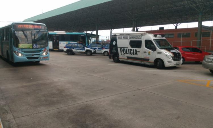 Políciais pastoram fluxo de veículos e passageiros no terminal do Antônio Bezerra