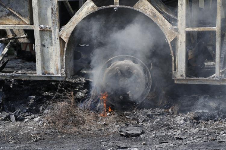 Ônibus da Banda de Forró Balancear destruído pelo fogo, próximo à ponte do Rio Ceará, em Caucaia