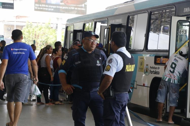 Policiais no Terminal de Antonio Bezerra. Voltam novamente ataques em Fortaleza, a ônibus e repartições.
