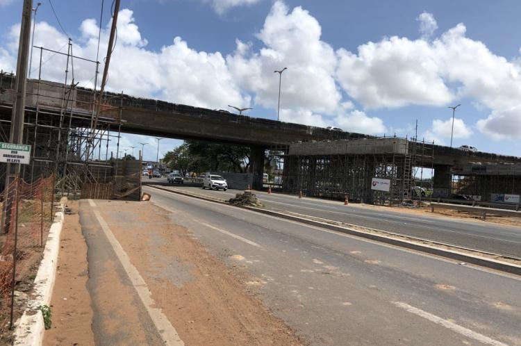 O bloqueio temporário do tráfego é necessário para dar continuidade às obras de duplicação do novo viaduto que está sendo construído na Av. Alberto Craveiro, sobre a BR-116.