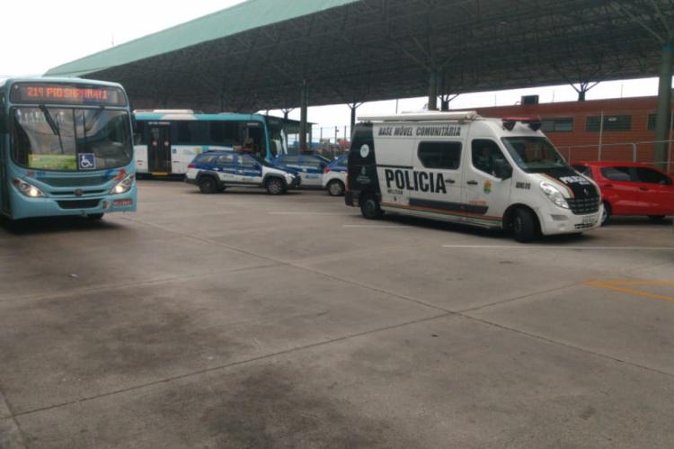 Policiais fazem segurança de veículos e passageiros no terminal do Antônio Bezerra