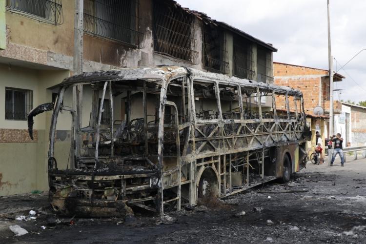 ÔNIBUS DA banda Forró Balancear  foi queimado próximo à ponte da Barra do Ceará (Foto: Mauri Melo)