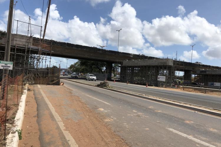 O bloqueio temporário do tráfego é necessário para dar continuidade às obras de duplicação do novo viaduto que está sendo construído na Av. Alberto Craveiro, sobre a BR-116. (Foto: Divulgação)