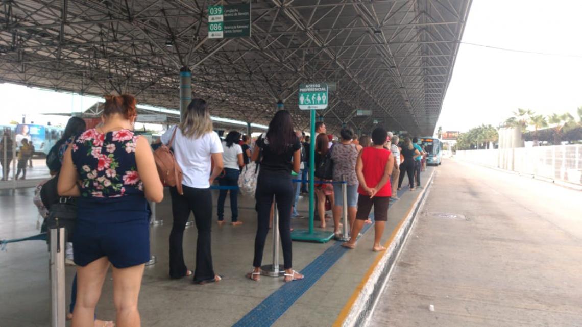 Com frota reduzida, passageiros relatam demora na chegada de ônibus no terminal
