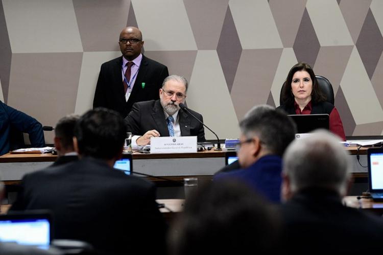 Augusto Aras e a presidente da CCJ, Simone Tebet, na sabatina