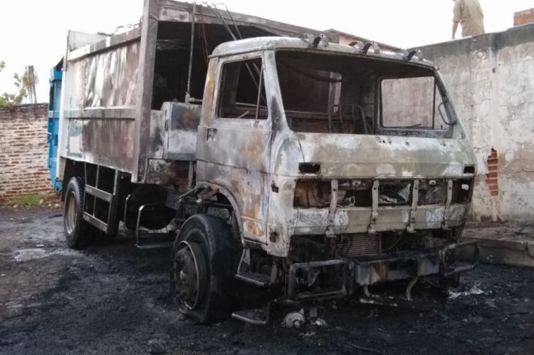 Um caminhão de lixo foi incendiado nesta madrugada, em Iguatu