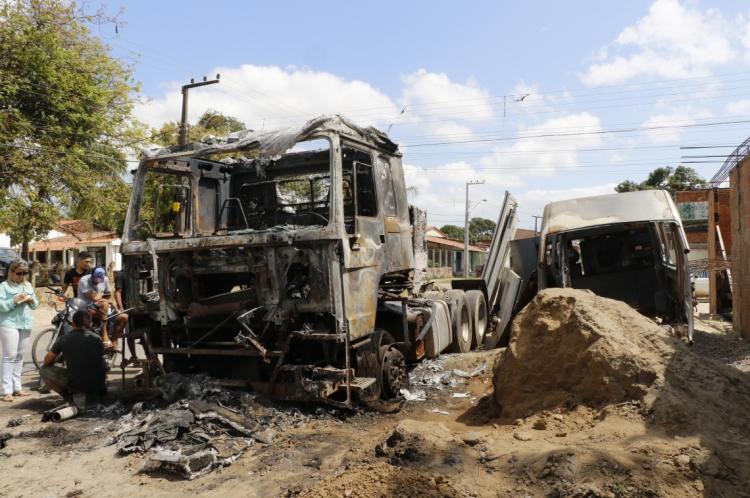 Caminhão, na avenida Maciel Bezerra, no bairro Jatobá, incendiado na madrugada desta quinta-feira, 26